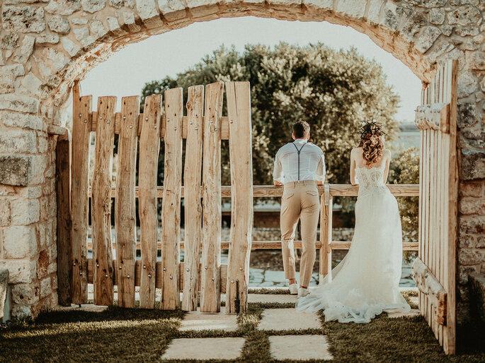 Scatto di coppia di sposi di schiena