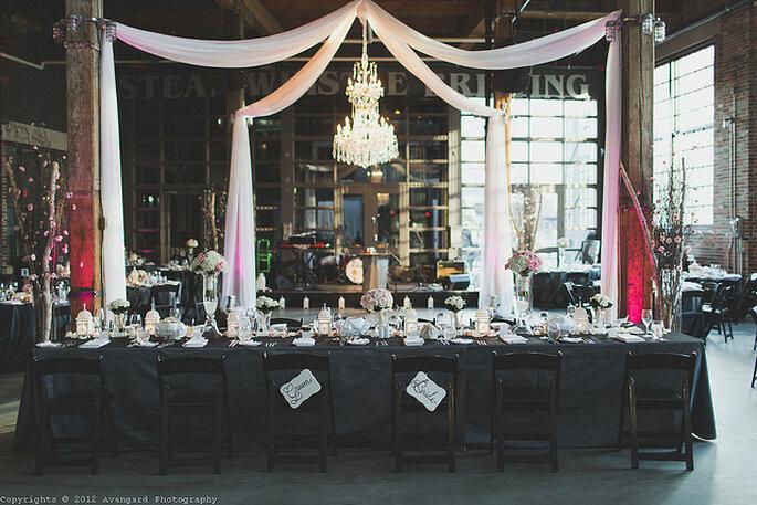 Lámpara elegante en la decoración de la boda. Foto: Avangard Photography