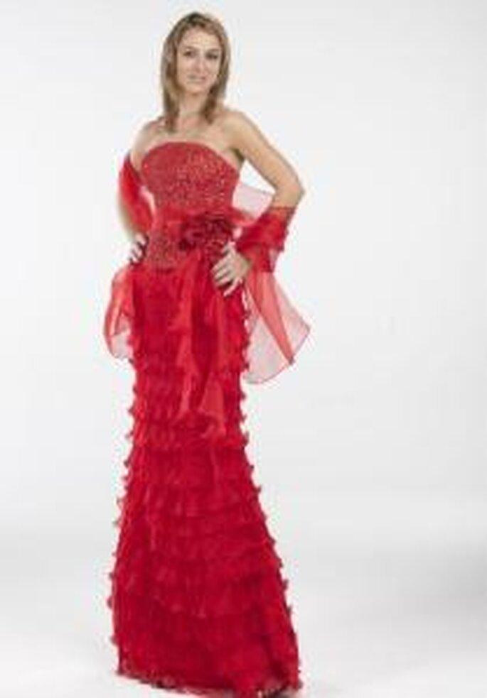 Novissima 2009 - Vestido rojo largo ajustado, de escote palabra de honor, corpiño con pedrería y aplique floral