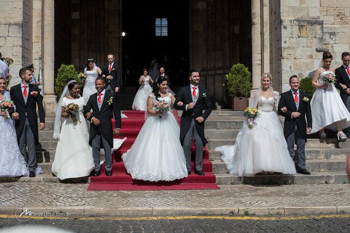 Noivos após casamento coletivo em Portugal