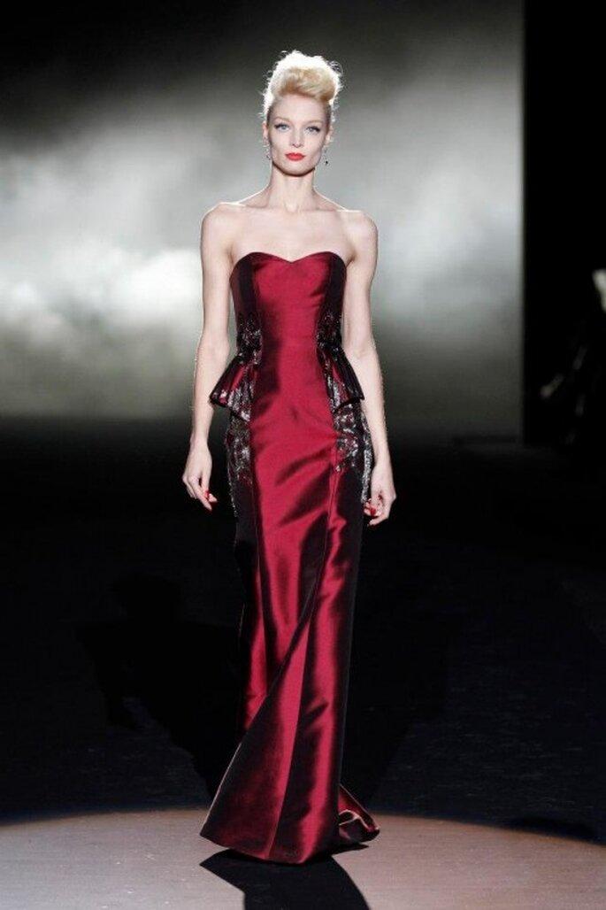 Vestido de fiesta largo en color rojo intenso con escote strapless y detalles en relieve en los costados - Foto Badgley Mischka