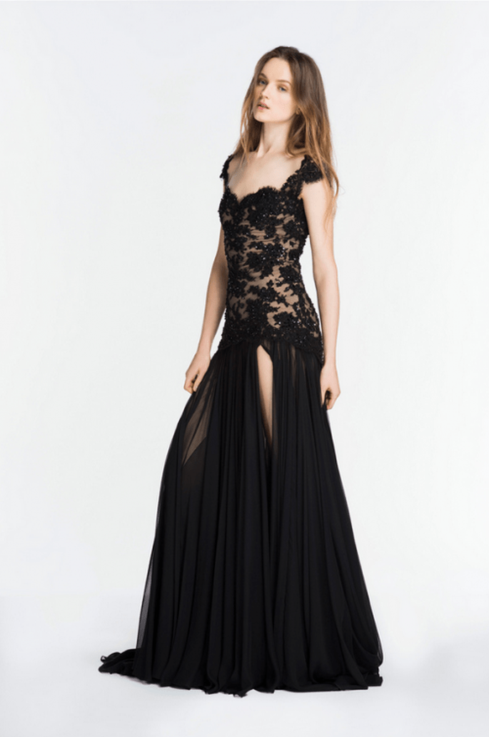 Vestido de fiesta largo en color negro con escote profundo y aberturo al frente - Foto Reem Acra