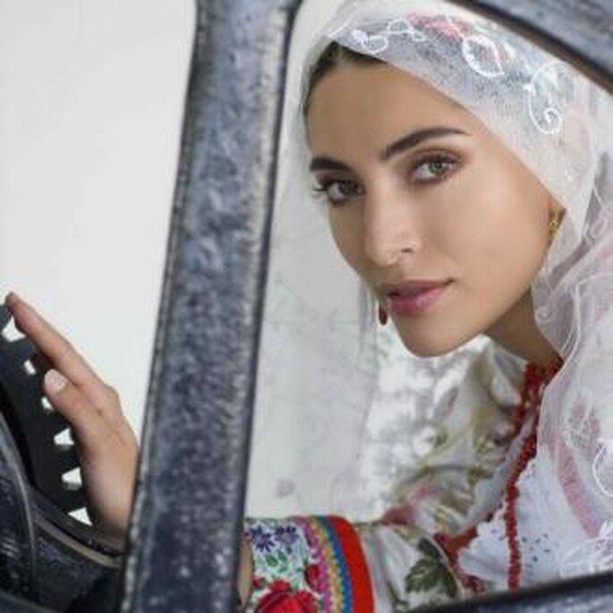Mujer vestida con traje tradicional sardo