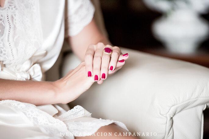 Novia preparándose para el gran momento con bata blanca. Foto: Encarnación Campanario