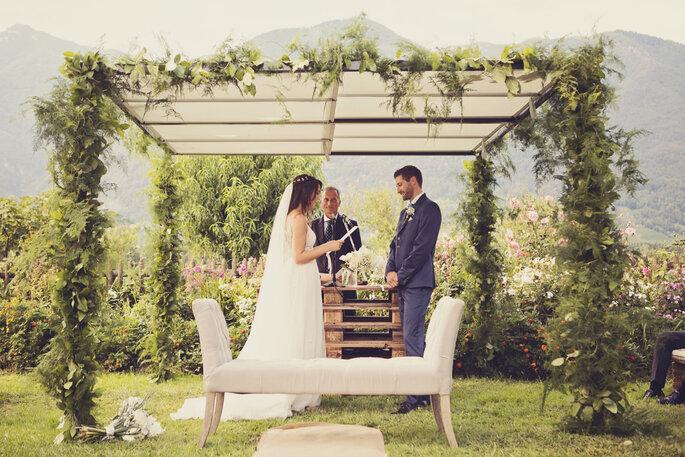 Trauung. Brautpaar liest sich Eheversprechen vor