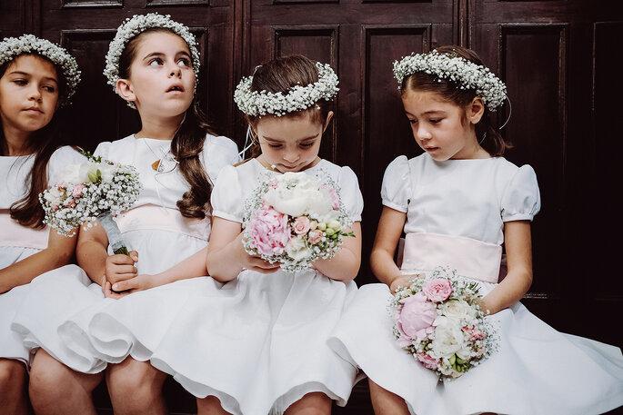 meninas na igreja com coras de flores e bouquets vestidos brancos casamento