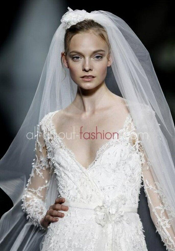 Reichlich Spitze umhüllen den Körper der Braut – ideal auch für den Winter –Foto: elie saab for pronovias