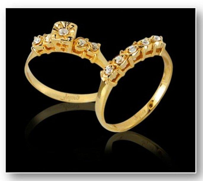 En Colombia es usual que la mujer una vez se ha casado lleva anillo y sortija, el nombre lleva solo la argolla ambos se llevan en la mano derecha.