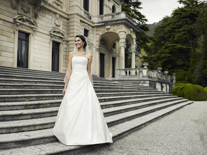 Schlichtes A-Linien-Brautkleid von Lilly um 699,00,– Euro – Foto: Lilly