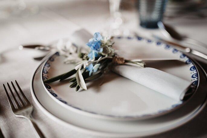 Tischdekoration bayerische Hochzeit mit weiss blauen Blümchen