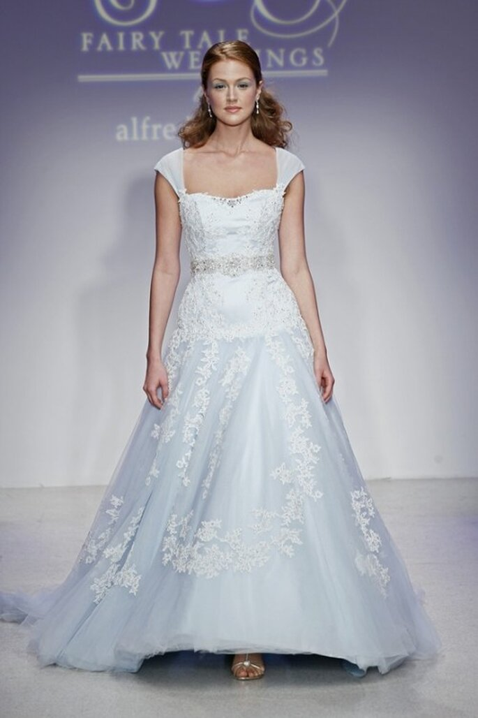 Vestido de novia con encaje color azul - Foto Alfred Angelo Pinterest