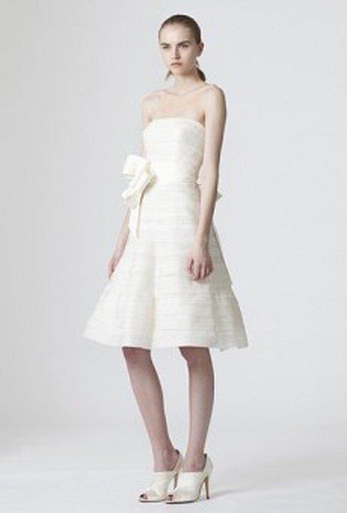 Vera Wang 2010 - Daphne, vestido corto de corte A, líneas horizontales, escote palabra de honor