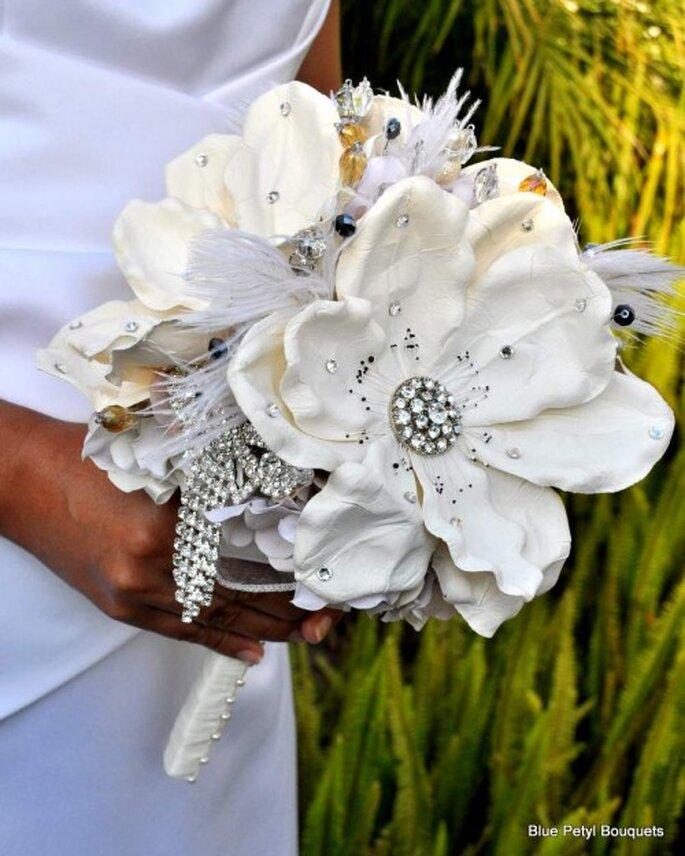 Elige flores con cristales y ramitas con incrustaciones para tu ramo de novia 2014 - Foto Blue Petyl