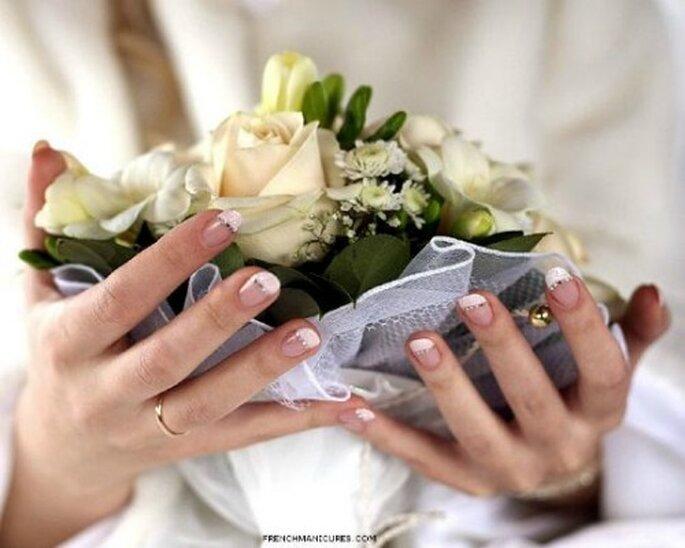 Mani perfette per far brillare la vostra fede nuziale. Foto: frenchmanicures.com via Donna Click