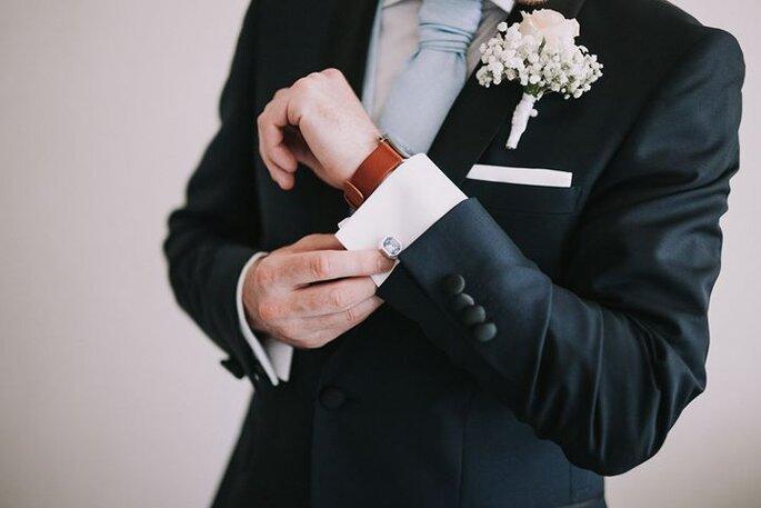 noivo a arranjar-se botões de punho flor da lapela