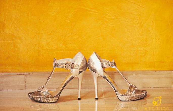 Brautschuhe mit Pfennigen bzw. Cents bezahlen: ein alter Hochzeitsbrauch. Foto: Fran attitudefotografia.com