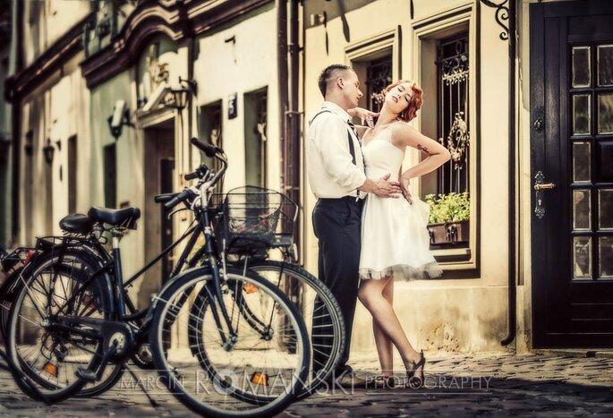 Rower można kreatywnie wykorzystać jako motyw przewodni ślubu i wesela. Suknia: Moda Ślubna Gracja,Fot. Marcin Romański
