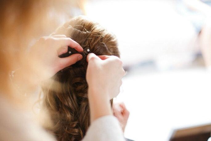 Los accesorios con perlas y brillos combinados con penados trenzadosson must de las novias actuales. Foto: 2Rings Trouwfoto