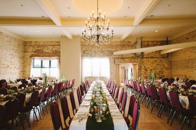 Choisissez des tables rectangulères et des chaises de couleur bordeaux - Photo T&S Hughes Photography