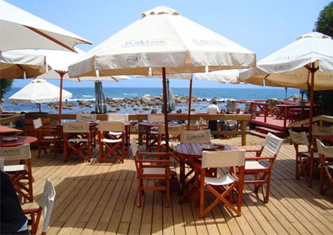 Las terrazas del Hotel Medio Mundo están junto al mar en Algarrobo.