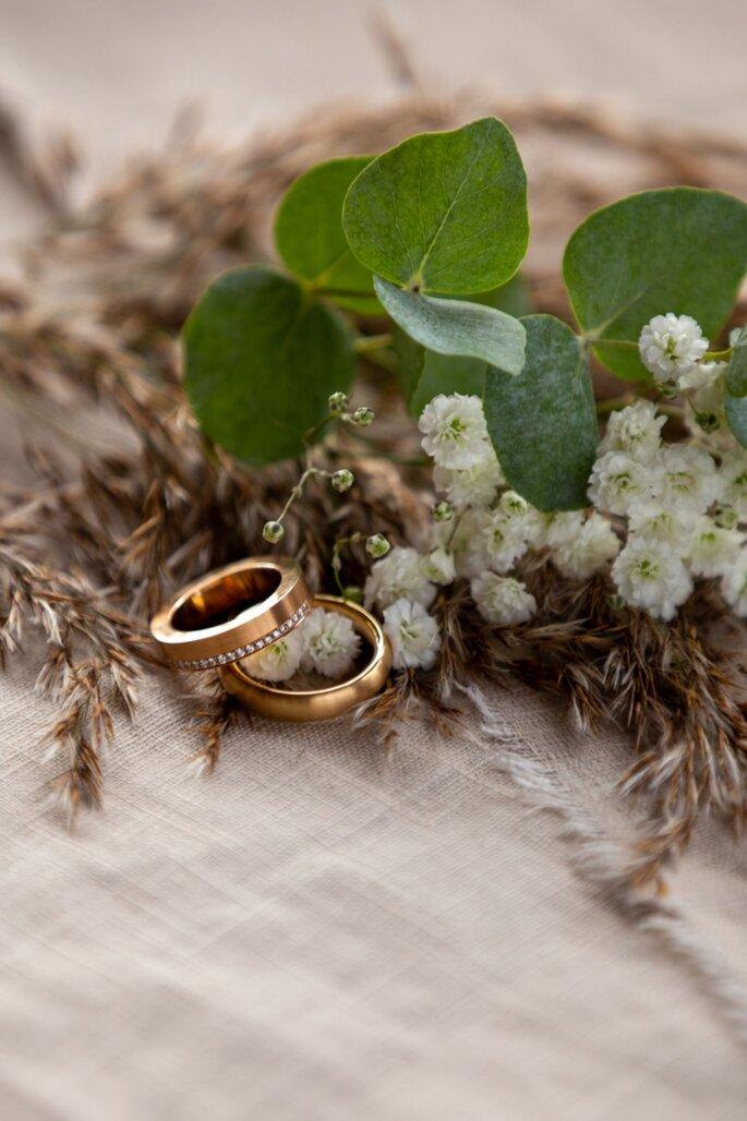 Ringe auf dem Hochzeitstisch.