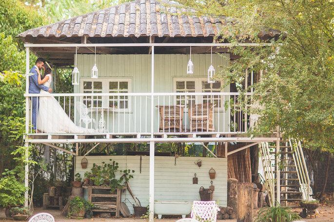 noivos numa casa de madeira na varanda ambiente rústico casamento