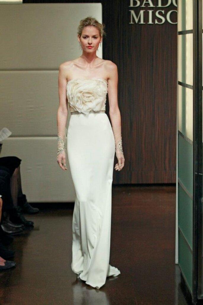 Vestido de novia otoño 2013 ceñido con detalle en la cintura y corpiño con bordado de flor - Foto Badgley Mischka