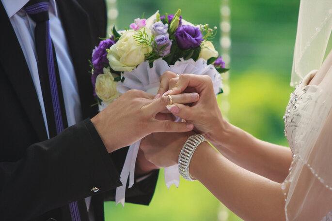 Ramo de novia en tonos violeta y blanco. Foto vía Shutterstock