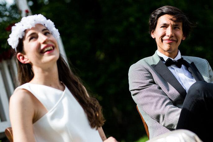 Lalatiana Razafinjato, photographe de mariage à Paris - Deux mariés un peu timides en train de sourire dans un moment de douce complicité