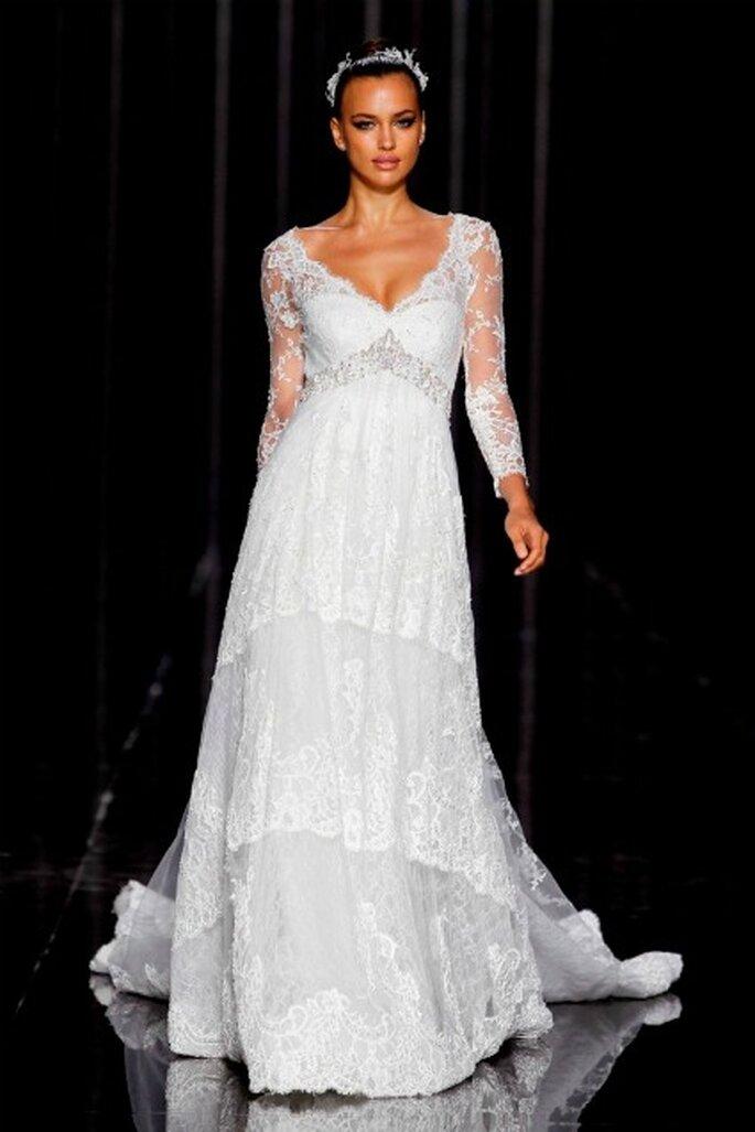 Irina Shayk lleva un vestido de novia Pronovias 2012 estilo lencero