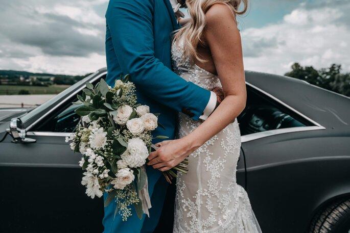 Brautpaar sich umarmend