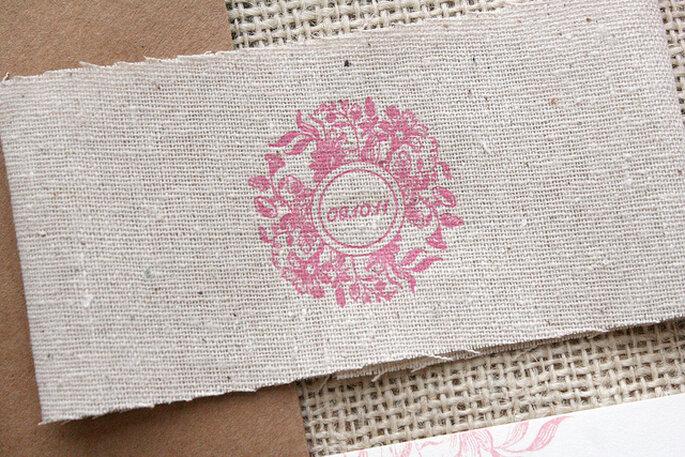 Materiales rústicos para acompañar las invitaciones de boda. Foto: Sarah Parrot