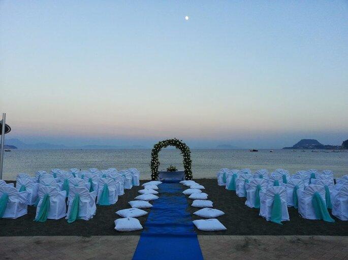 Kora Events - cerimonia sulla spiaggia con cuscina e colore blu