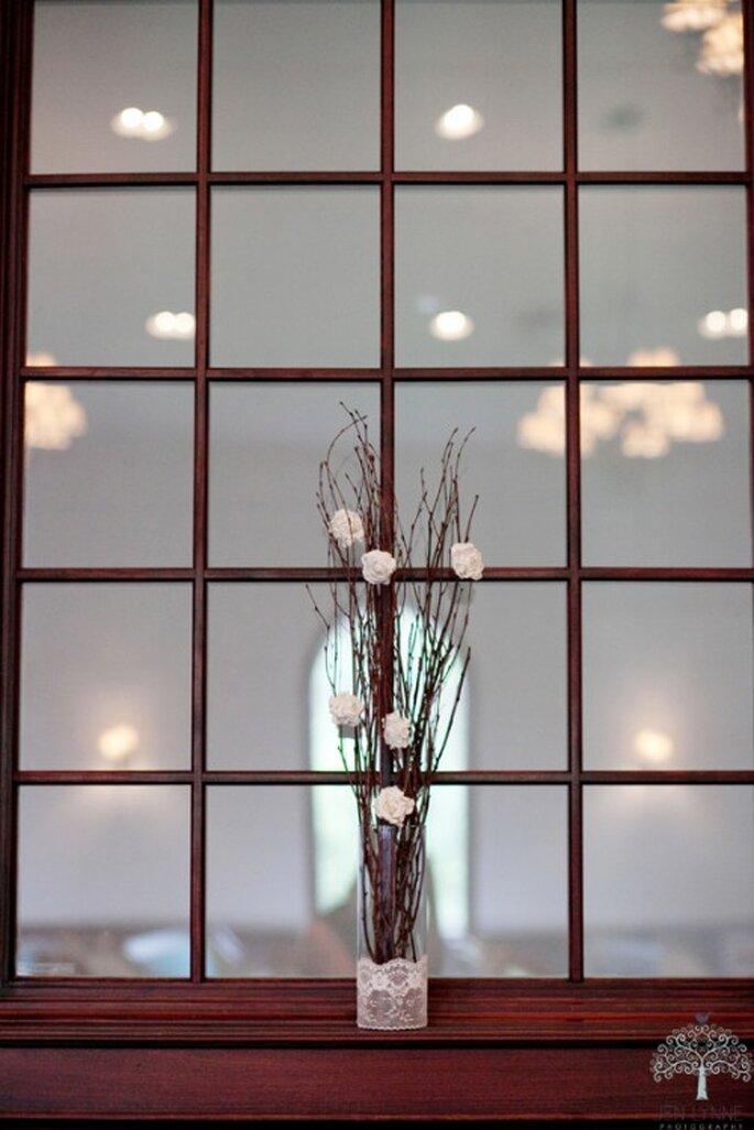 Idea para centros de mesa en contenedor de cristal hecho con naturaleza muerta - Foto Jen Lynne