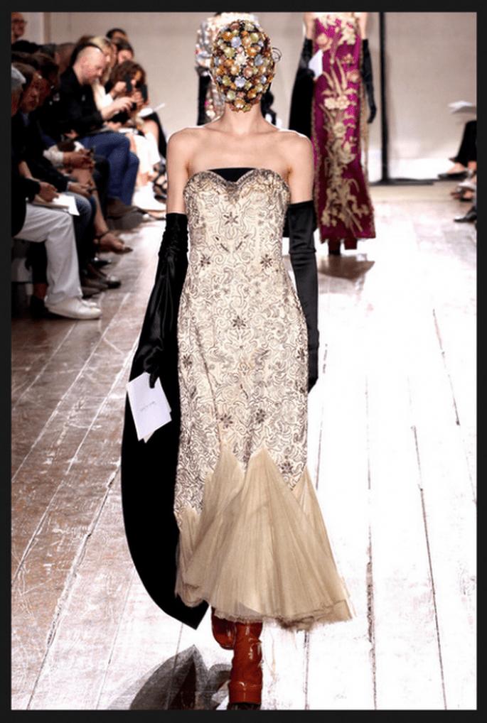 Vestido de novia en color dorado con plata y capa superpuesta en color negro - Foto Maison Martin Margiela