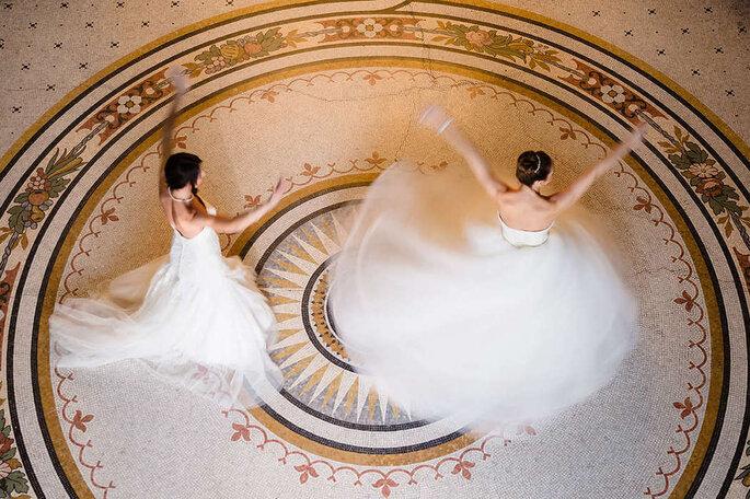 Bräute tanzen in Saal