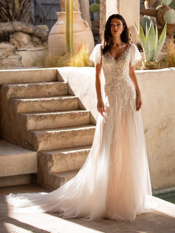 vestido de novia romántico de tul con encaje y pedrería de manga corta