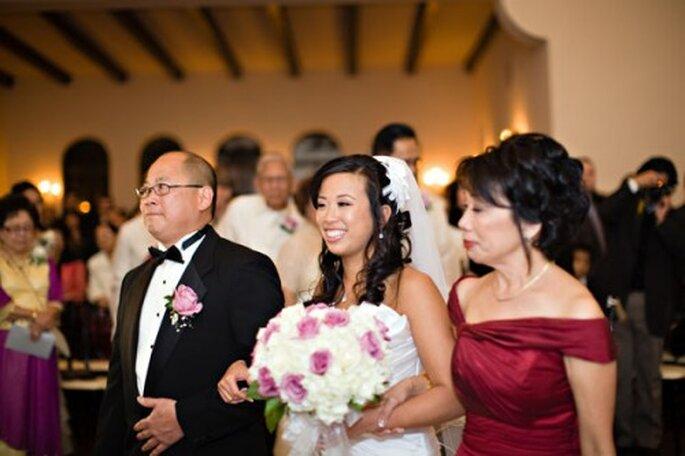 Ambos padres pueden caminar junto a la novia hasta el altar - Foto Kimberly Chau