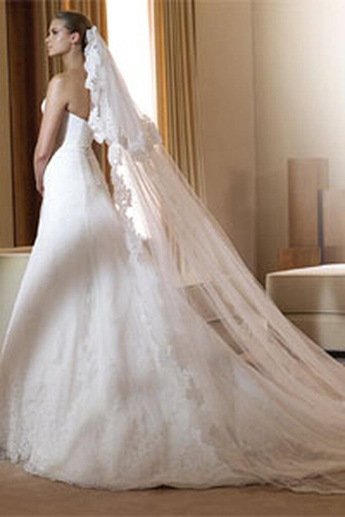 Robe de mariée en dentelle avec voile