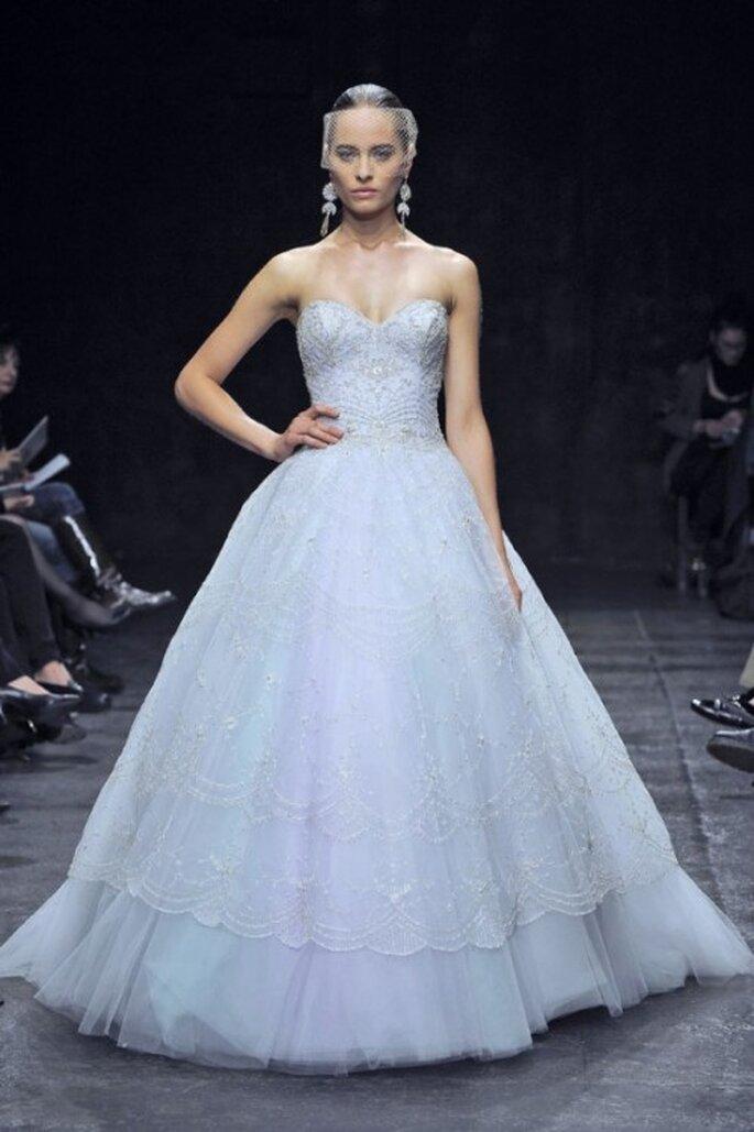 Vestido de novia corte princesa en color azul pastel - Foto Lazaro