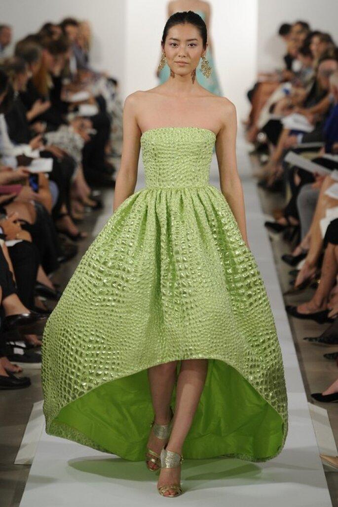 Vestido de fiesta largo en color verde limón con falda amplia de acabado corto-largo - Foto Oscar de la Renta
