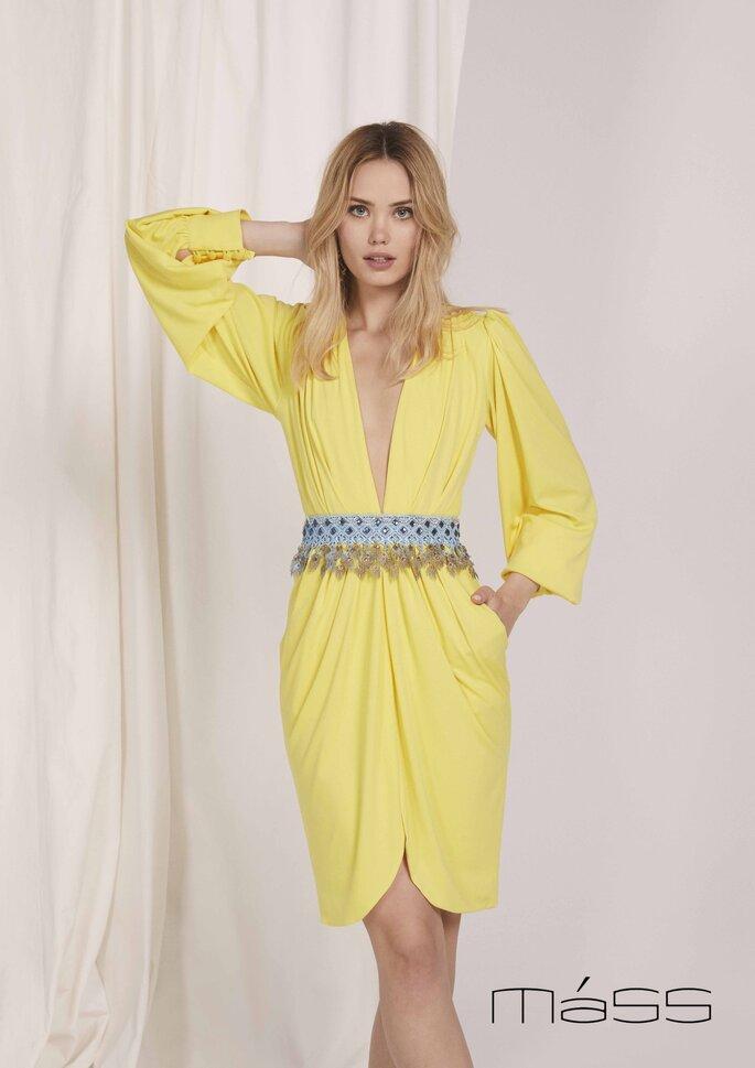 Matilde Cano Colección colección de vestidos de fiesta 2020 - 2021 de Matilde Cano y Mass, vestido holgado de manga larga con escote V largo y adornado con un cinturón de pedrería.