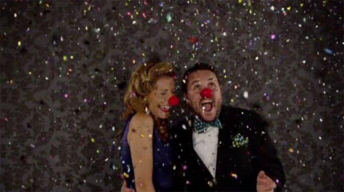 Confeti y accesorios divertidos para hacer un video de bodas en cámara lenta - Foto The Adventures Of