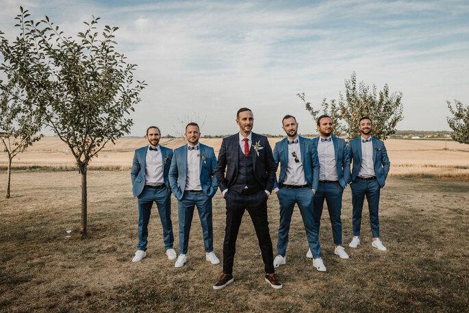 Photo de groupe des témoins et amis du marié en extérieur