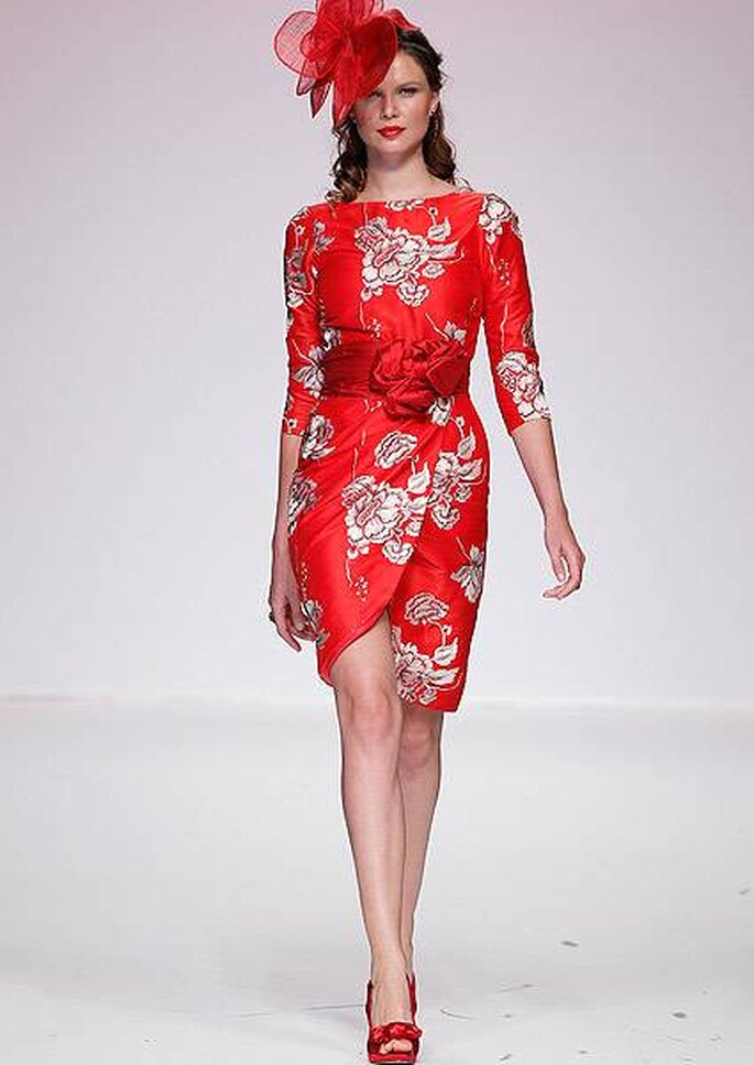 Vestido de coctel rojo a la rodilla con bordados plateados de Matilde Cano