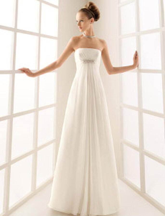 Rosa Clará 2010 - Caracola, vestido largo en seda, de corte imperio, escote strapless recto, detalle en plata bajo el busto