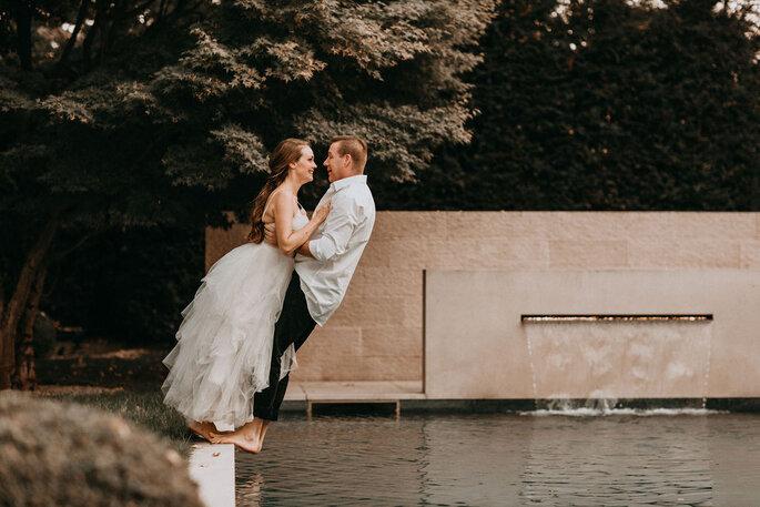 Elopement Fun Wedding Shooting Setting Pool Brautpaar ins Wasser springend