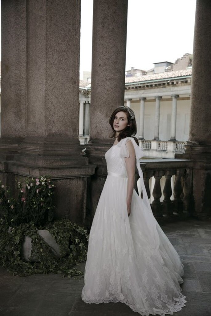 Vestido de novia con estilo romántico y falda voluminosa con cauda - Foto Alberta Ferretti