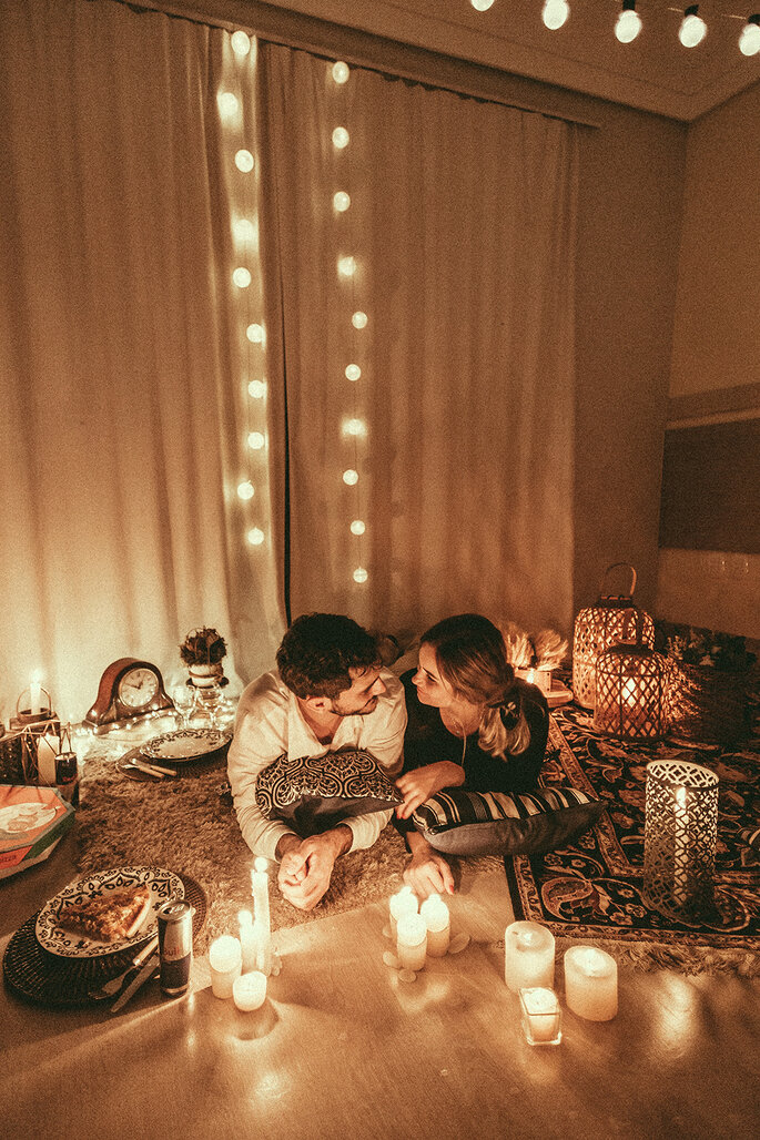 casal em ambiente romântico em casa