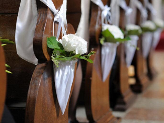 Das Detail macht den Unterschied. Edle Hochzeitsdeko für die Kirche. Foto: dekoration.de